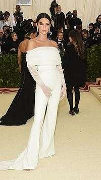 Viral, Muka Jutek Kendall Jenner 'Usir' Asisten di Karpet Merah