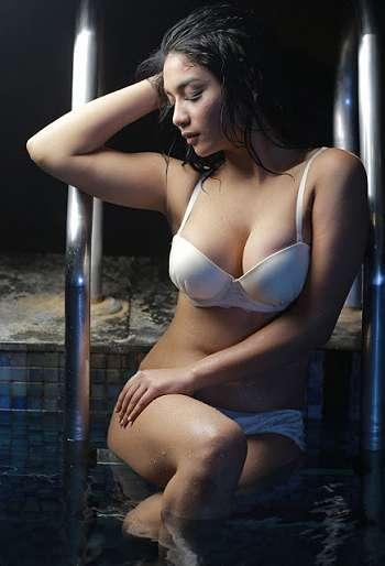 Siva Aprilia Model Hot Indonesia Pose Lingerie