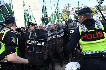 Kelompok neo-Nazi di Swedia bentrok dengan pengunjukrasa anti-fasis