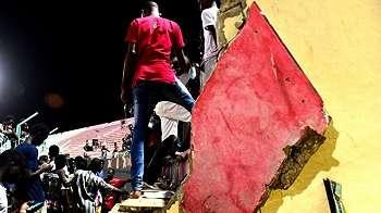 Delapan orang tewas tertimpa dinding stadion yang runtuh