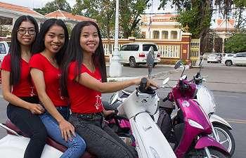 Gadis Kamboja berbisnis ojek merangkap pemandu wisata