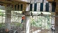 Petugas Lakukan Penguatan Beton di Jembatan Cisomang