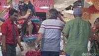 Rombongan Raja Salman Asyik Belanja di Kuta