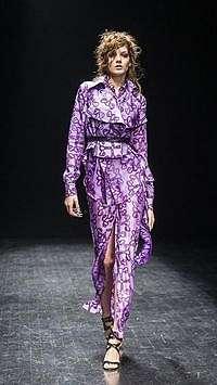 Gaun Gambar Rahim Wanita Ditampilkan di Fashion Show Stockholm