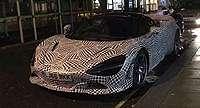 Mobil Super McLaren 3 Penumpang Sedang Parkir?
