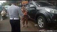 Tak Terima Mobilnya Diderek, Wanita Ini Ngamuk ke Petugas Dishub