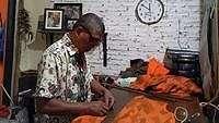 Cerita Tukang Jahit Jokowi yang Telah Berbisnis Selama 40 Tahun