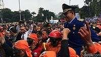 Dipanggul Petugas Damkar, Anies: Pundaknya Keras-keras