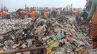Lautan Sampah di Teluk Muara Angke Mulai Dibersihkan