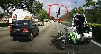 Video Detik-Detik Kawasaki Ninja Tabrak Mobil Mogok