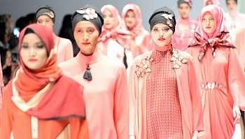 Sambut Ramadan: Itang Yunasz Andalkan Tenun dan Batik