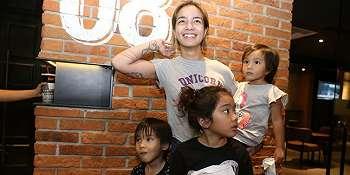 Nonton Bareng 3 Anak, Sheila Marcia Ajari Kata Sepakat