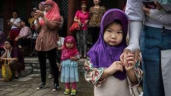Masjid Besar di China Hendak Dirubuhkan, Jemaah Menghadang Aparat