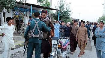 Taliban dan Tentara Afghanistan Berpelukan saat Idul Fitri