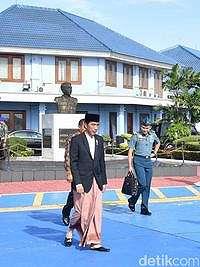Gaya Jokowi Padu Padan Baju dengan Sarung Kotak-kotak Hingga Garis