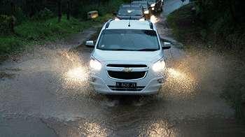 Begini Bahayanya Super Car Ngebut di Genangan Air