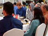 Pangeran Harry Makan Kurma Saat Buka Puasa dengan Muslim Singapura